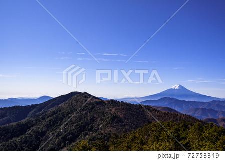 大菩薩連嶺の山々と雪化粧する富士山 72753349