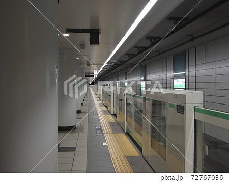無人の東京メトロ千代田線二重橋前駅プラットホーム 72767036