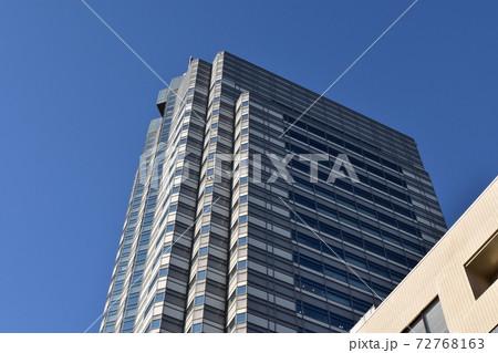 オフィス街の高層ビル 72768163