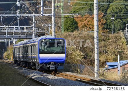 横須賀線【普通】久里浜行電車【E235系】秋の田浦駅付近 72768188