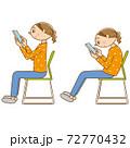 椅子に座ってスマホを使っている女性 72770432