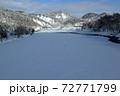 雪が積もった伊南川-亀岡橋から 福島県只見町  72771799