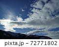 ダイナミックな冬晴れの空 福島県只見町 72771802