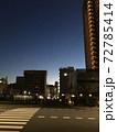 早朝の街中の空の景色 72785414