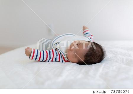 生後2ヵ月の赤ちゃん 寝姿 72789075