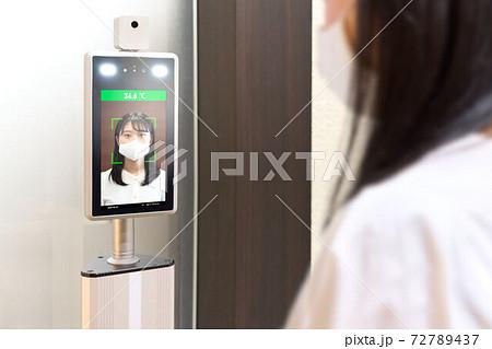 サーマルカメラで検温をする若い女性 72789437