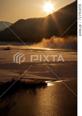 裏磐梯 雪の曽原湖に日が昇る 72791656