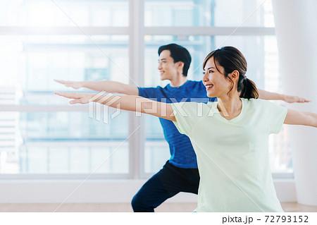 運動する男女 72793152
