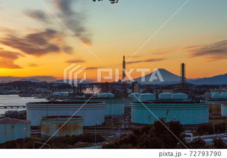 横浜市三渓園展望台から工場夕景と富士山 72793790