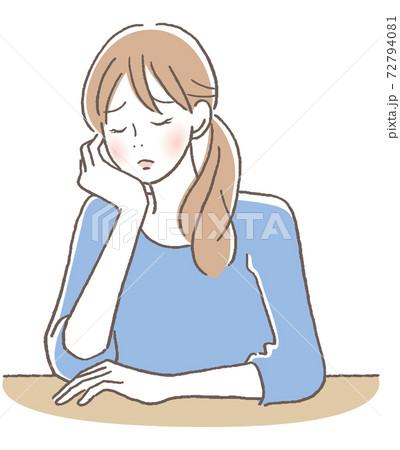 目を閉じて悩む女性 72794081