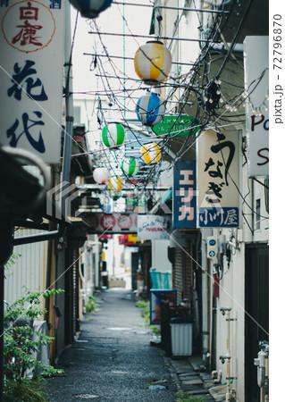 昭和レトロで懐かしい路地裏の風景 72796870
