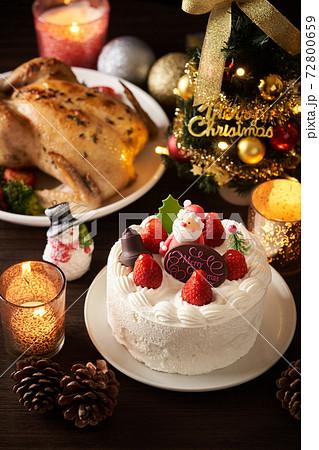 クリスマスケーキとローストチキン 72800659