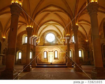 ポルトガルのアルコバーサにある修道院の室内 72821035