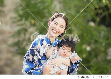 8ヶ月の息子とお出かけする浴衣女性 72831922