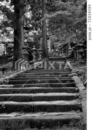 福岡県田川郡添田町英彦山にある高住神社に上る長い石段の風景 72838494