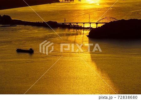 山口県下松市笠戸島 瀬戸内海と笠戸島大橋の朝焼けの風景 72838680