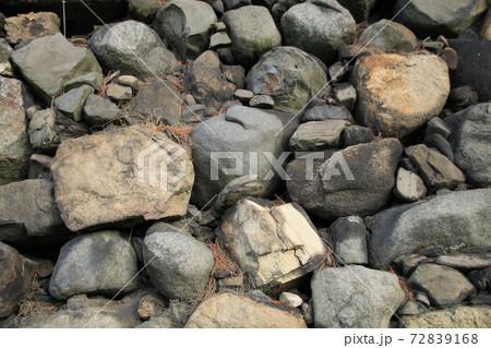石垣を正面から撮ったら、まるで壁紙のようだ(大小不規則な石) 72839168