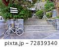 古寺の山門に置かれた自転車 72839340