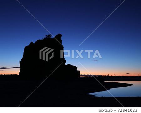 影と光、日の出前のグラデーション岩のシルエット 72841023