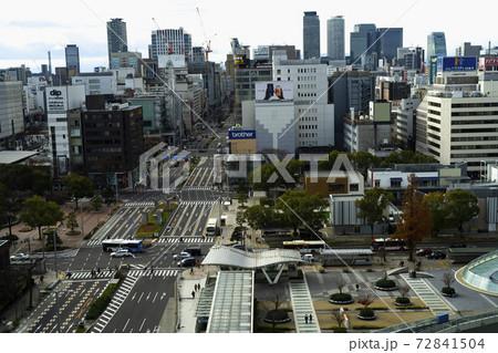 錦通久屋交差点の交通と名駅前ビル方面を望む 昼風景 72841504