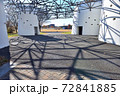 公園入口のトラスのアートな影模様 72841885