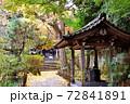 鎌倉古寺の美しい紅葉と風情のある手水場 72841891