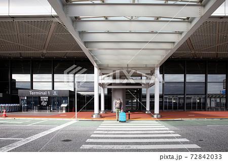 コロナ禍の成田空港第一ターミナルの外観 72842033