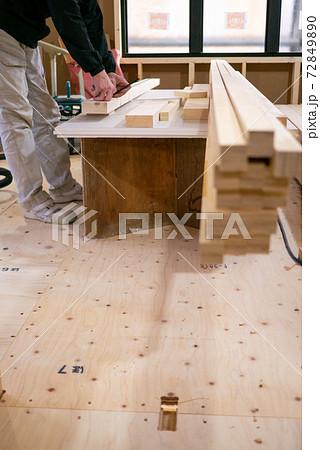 新築住宅の工事中の現場で作業する大工さん 72849890