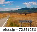 スペインの田舎道 72851258