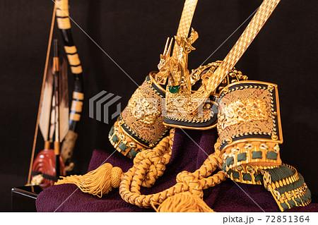 男の子の成長を祈って兜と弓の飾り物 72851364