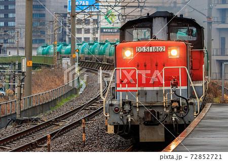 ささしまライブ駅を通過するDD51牽引の貨物列車 72852721