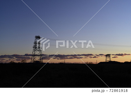 夕暮れの鉄塔とシルエット 鉄塔二本の横構図 72861918