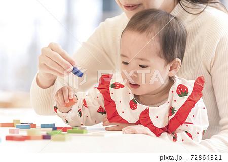 積み木で遊ぶ親子 72864321