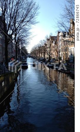 オランダアムステルダムの冬の運河 72866745
