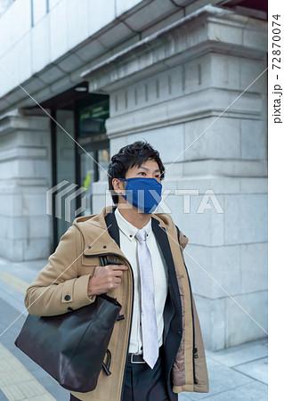 京都でウィルス対策にマスクをして通勤する男性 72870074