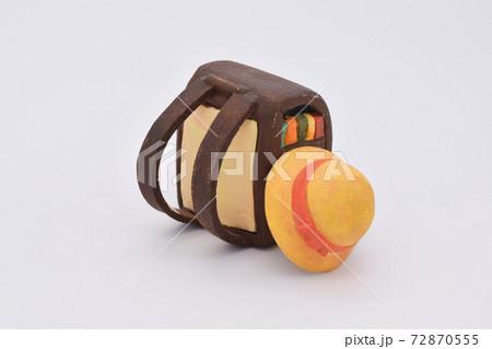 粘土で作られた茶色のランドセルと黄色い帽子 72870555