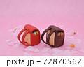 ピンクの背景に桜と粘土で作られた赤色と茶色のランドセル 72870562