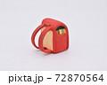 粘土で作られた赤色のランドセル 72870564
