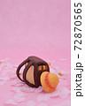 ピンクの背景に桜と粘土で作られた茶色のランドセル、黄色い帽子 72870565