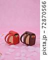 ピンクの背景に桜と、粘土で作られた赤色と茶色のランドセル 72870566