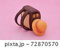 ピンクの背景に粘土で作られた茶色のランドセル、黄色い帽子 72870570