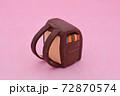ピンクの背景に粘土で作られた茶色のランドセル 72870574
