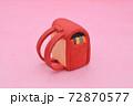 ピンクの背景に粘土で作られた赤色のランドセル 72870577