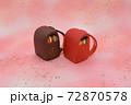ピンクの背景に粘土で作られた赤色と茶色のランドセル 72870578