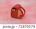 ピンクの背景に粘土で作られた赤色のランドセル 72870579