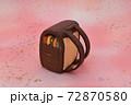 ピンクの背景に粘土で作られた茶色のランドセル 72870580