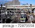(鉄道写真)晴れの日の通勤電車 郊外駅 72873558