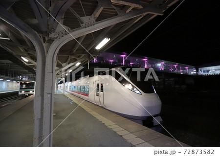 常磐線・日立駅のイルミネーションと特急列車 72873582