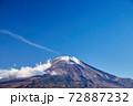 冬の朝、12月としては冠雪が少ない富士山を山中湖の長池親水公園付近から望む 山梨県山中湖村 72887232