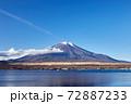 冬の朝、12月としては冠雪が少ない富士山を山中湖の長池親水公園付近から望む 山梨県山中湖村 72887233